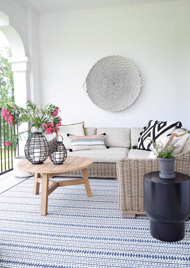 zdesign at home outdoor design tour black and white hanging basket blue and white pattern outdoor rug outdoor design-2