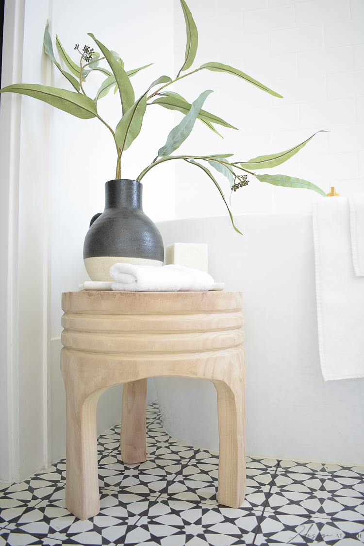 Wooden stool - how to decorate your bathroom for spring