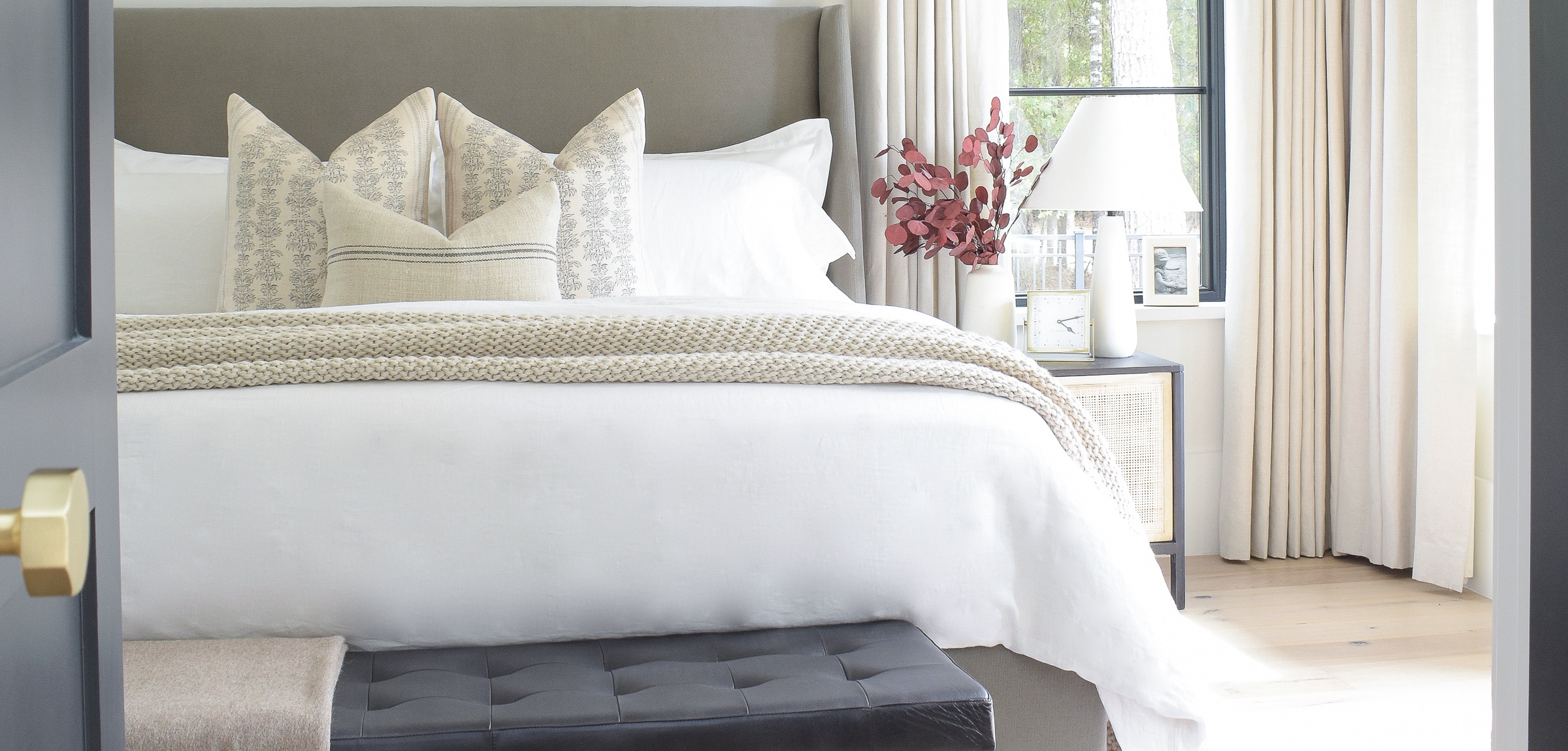 zdesignathome-primary-bedroom-sw-snowbound-elegant-transitional-master-bedroom-white-bedding-black-leather-tufted-bench-how-to-decorate-1